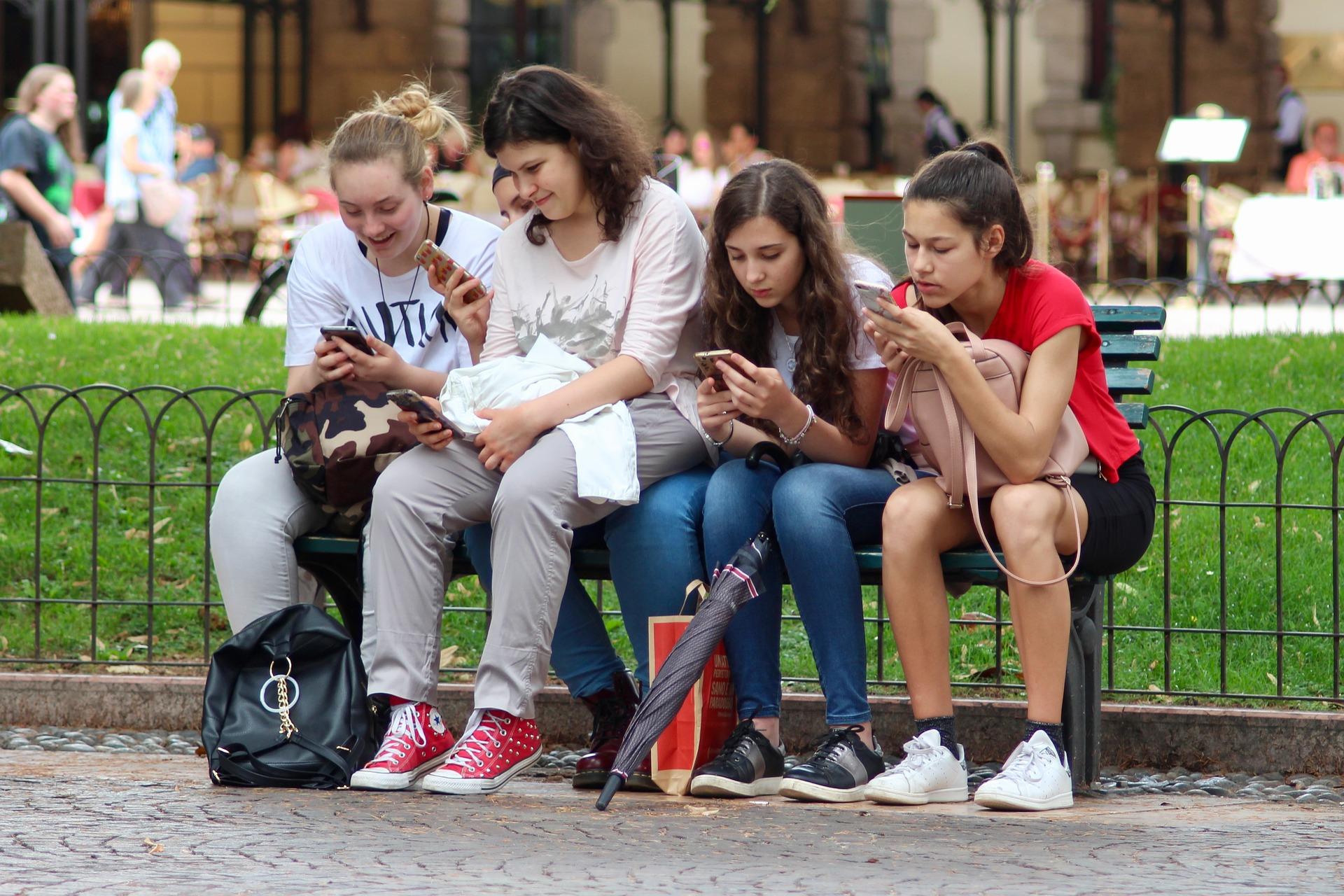 4 factores importantes antes de comprar un celular movil a nuestros hijos e hijas.
